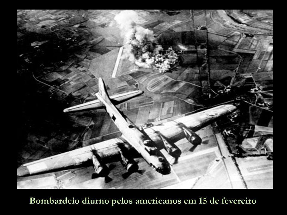 Mais bombardeiros americanos sobre Dresden.