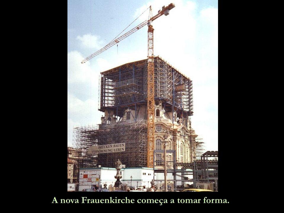 Esta é Dresden sem a Frauenkirche, apenas sua silhueta é mostrada, na exata posição em ela ficava. O esforço de um grupo de cidadãos para a reconstruç