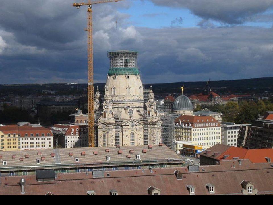 A nova Frauenkirche começa a tomar forma.