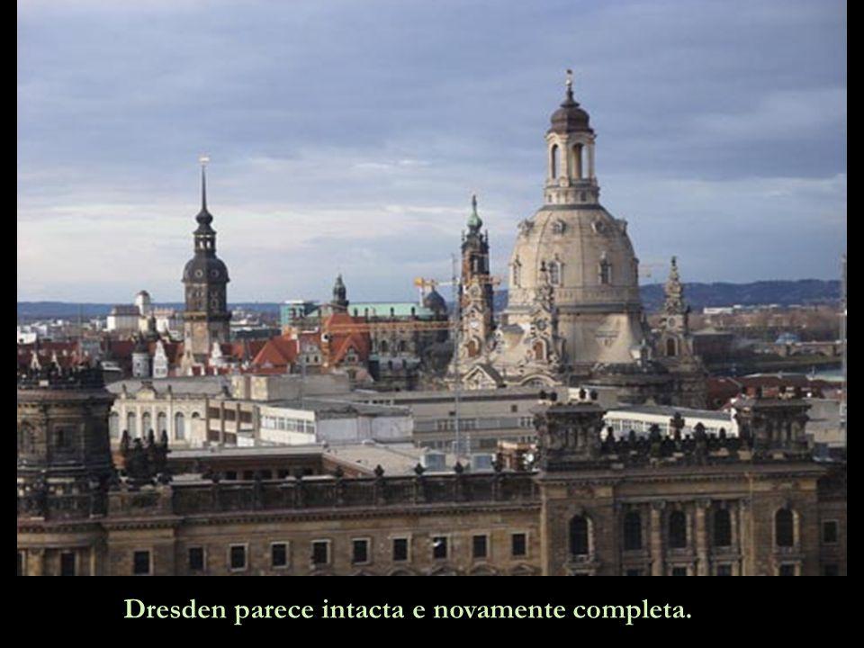 É como um milagre. Dresden ganhou uma nova e magnífica Frauenkirche. Os pontos escuros, bem visíveis, são as velhas pedras reutilizadas, nos seus luga