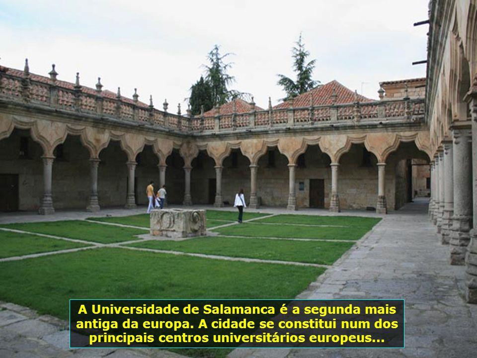 Páteo do prédio da Escuela Menores, da Universidade de Salamanca, onde possui um enorme afresco astronômico chamado O Céu de Salamanca...