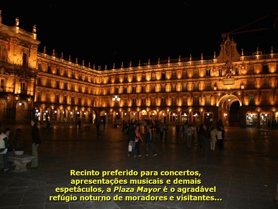 Chega a noite e a Plaza Mayor se transforma num espetáculo à parte. As luzes refletidas sobre suas paredes douradas proporcionam, além da beleza, uma