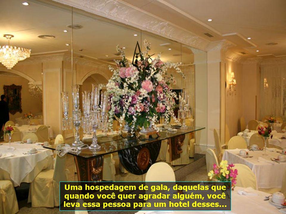 Decoração impecável, um verdadeiro palácio com seus lustres espetaculares, flores, espelhos, quadros lindíssimos...