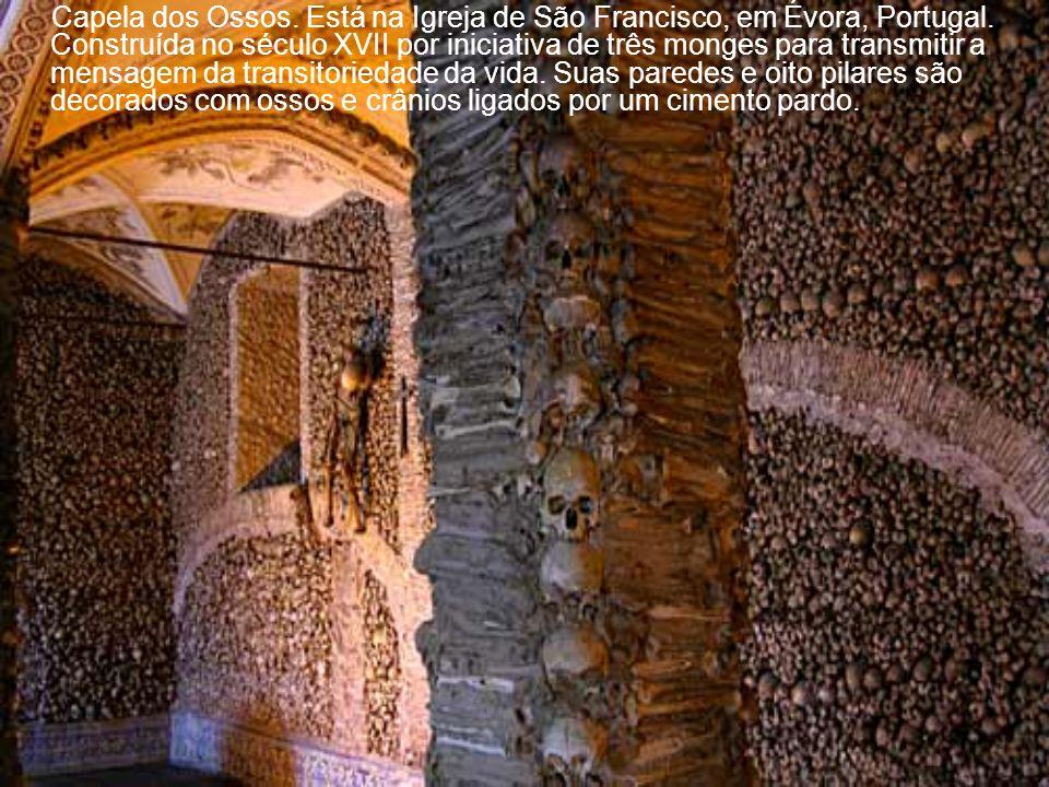 Capela de S.Quirino, construída numa ladeira, em Luxemburgo. A construção é de 1355. Numa época anterior, o local foi usado para o culto pagão. Fica p