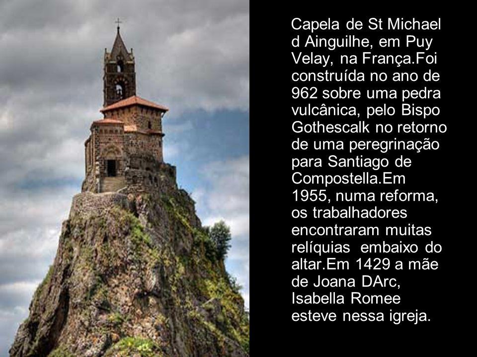 Capela dos Ossos. Está na Igreja de São Francisco, em Évora, Portugal. Construída no século XVII por iniciativa de três monges para transmitir a mensa