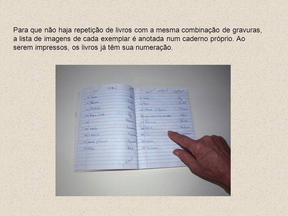 Para que não haja repetição de livros com a mesma combinação de gravuras, a lista de imagens de cada exemplar é anotada num caderno próprio. Ao serem
