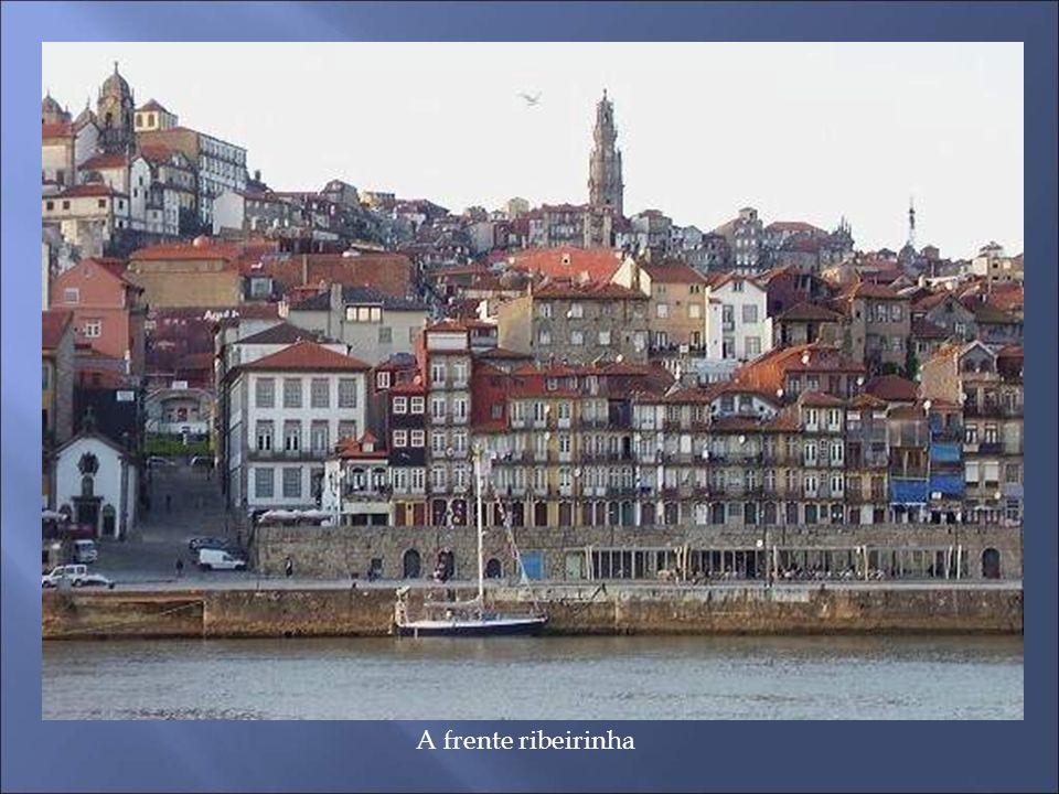 Torre da Rua de Baixo É um dos mais antigos edifícios da cidade e o único exemplar da arquitectura civil medieval existente na zona do Barredo.