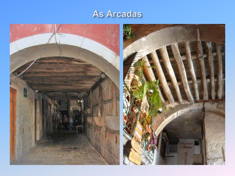 A partir do séc. XIII a zona da Ribeira expandiu-se. Para Nascente, por baixo das Arcadas abriram-se ruas que ligavam ao Barredo, que descia da Sé A R
