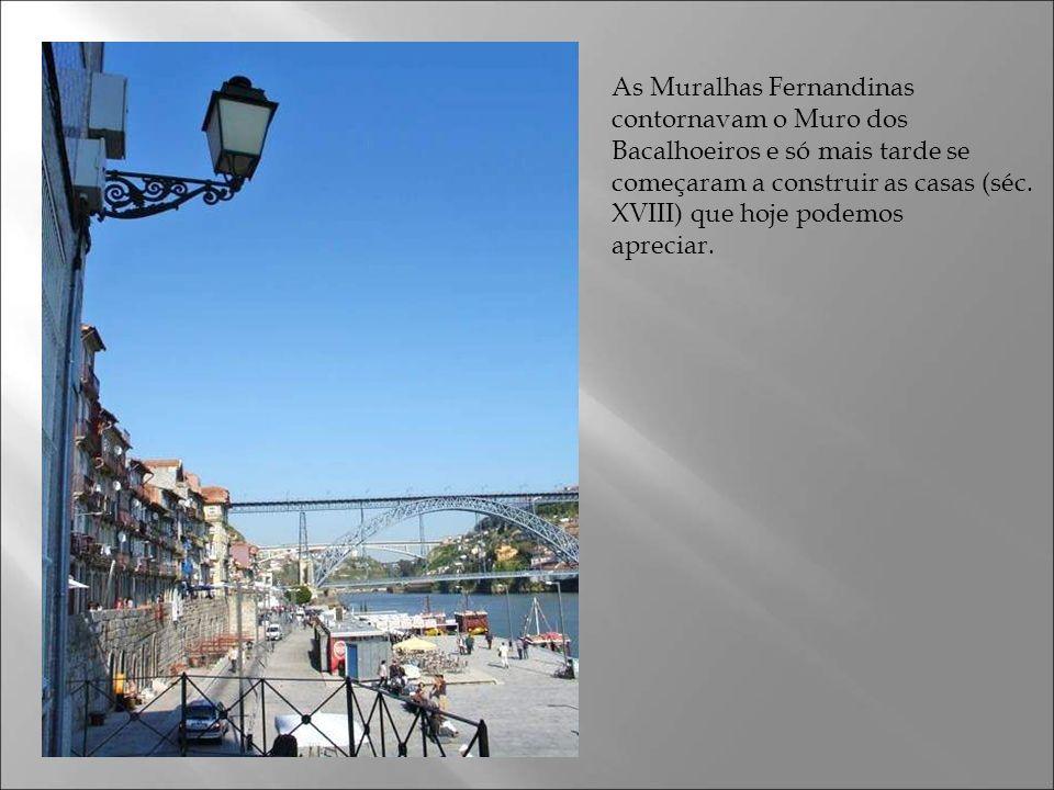 As Muralhas Fernandinas contornavam o Muro dos Bacalhoeiros e só mais tarde se começaram a construir as casas (séc.