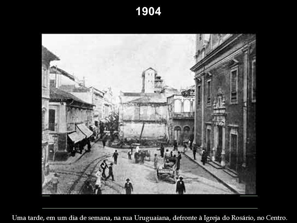 1901 Membros da Irmandade de Nossa Senhora da Penha, na Penha. 1902 Procurando peixes na Baía de Guanabara. Pequeno engraxate: típico menino do princí