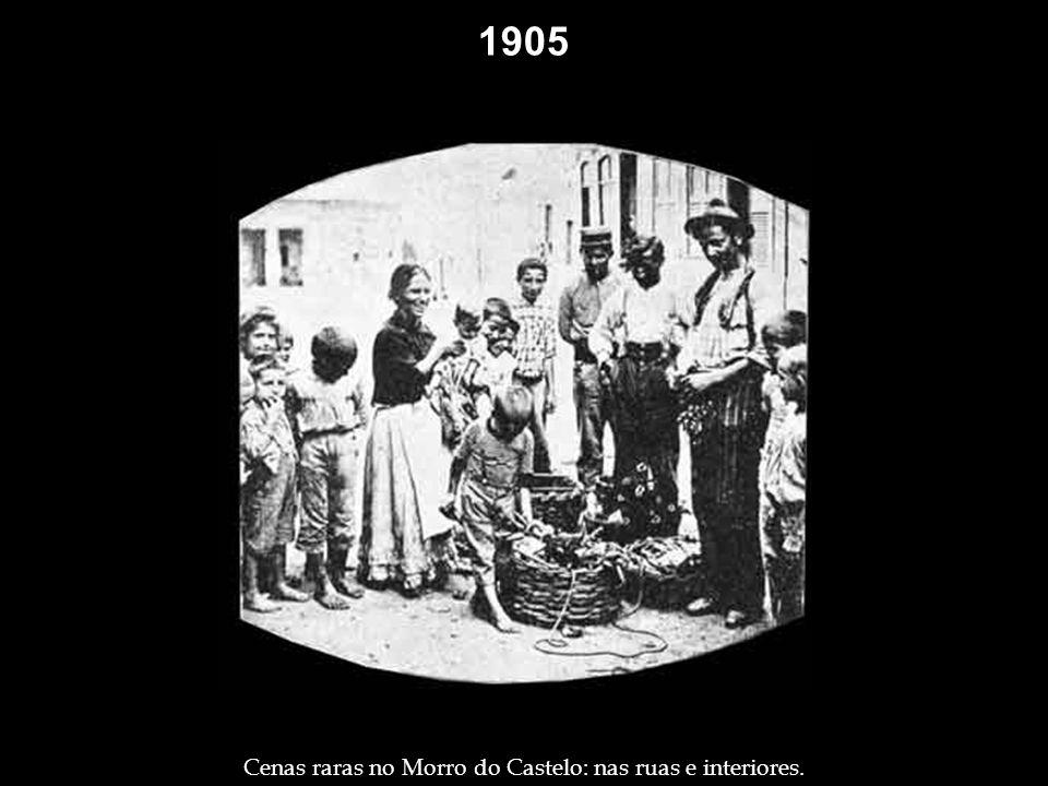 1904 Grupo de pessoas passando a tarde na varanda de um velho casarão do Morro do Castelo. Teatro ao ar livre, apelidado de chopp berrante, no Passeio
