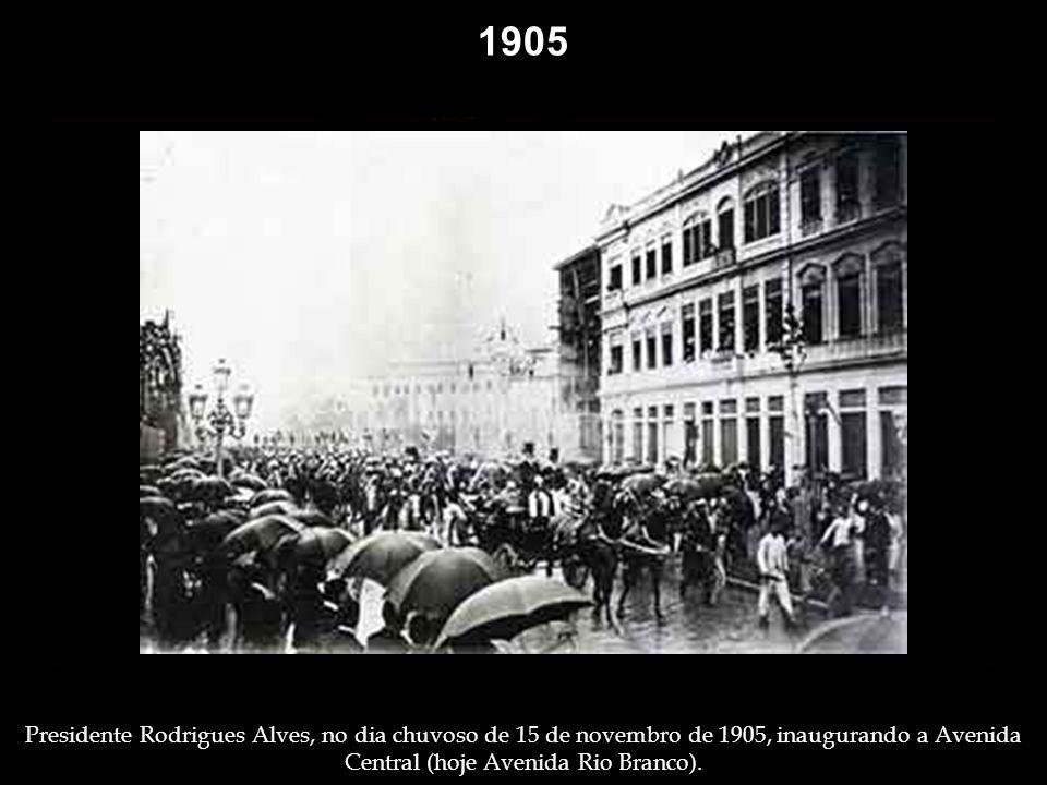 1905 Cenas raras no Morro do Castelo: nas ruas e interiores. Alegria da meninada na chegada da quitandeira. A festa da criançada e tipos de rua na che