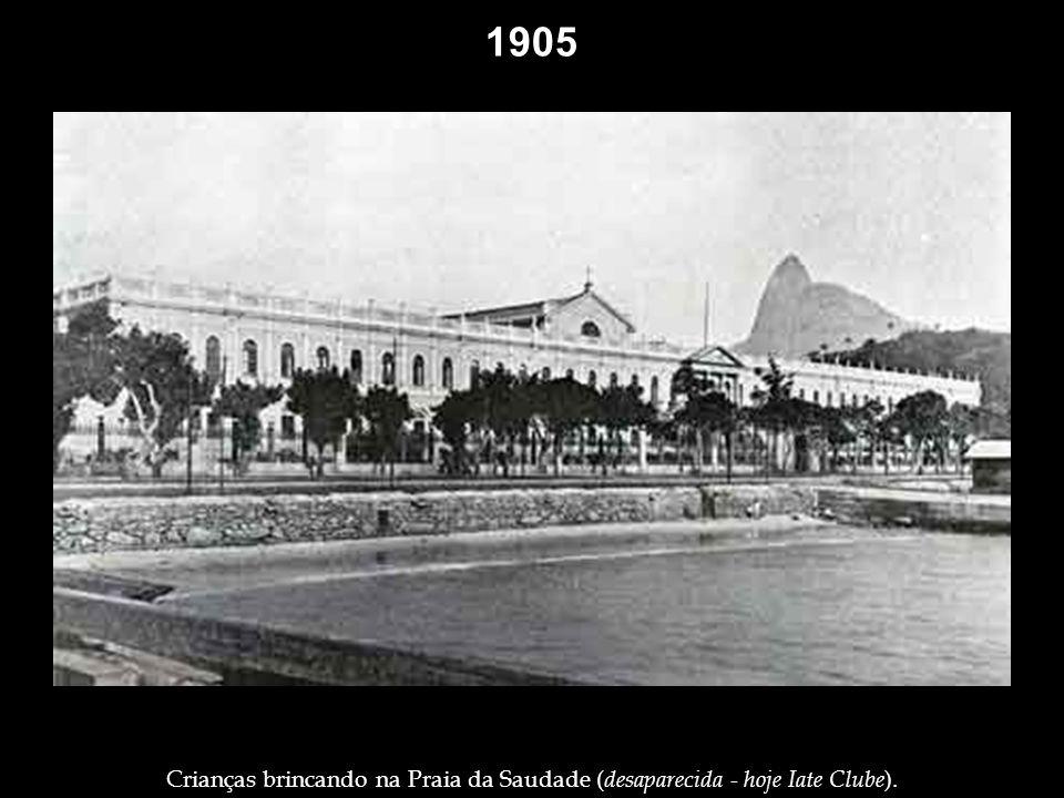 1905 Cenas raras no Morro do Castelo: nas ruas e interiores. Velha africana, descansando na porta de sua casa, no alto do Morro do Castelo. Presidente