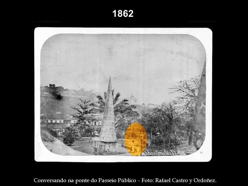 1860 Trabalhadores, com suas carroças, na rua Direita ( hoje rua Primeiro de Março ) - Foto: Casa Leuzinger. O magistral João Caetano, falecido em 186