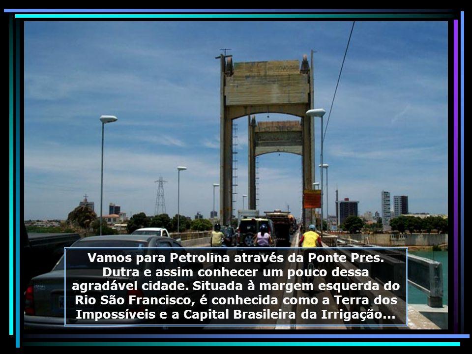 Prédios históricos mantêm viva a memória colonial do Brasil, como este onde funciona pequeno centro comercial de Juazeiro...