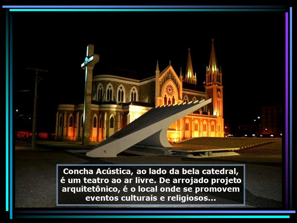 A bela Catedral Sagrado Coração de Jesus, em estilo neogótico, idealizada e construída em 1929, por Dom Malan, seu 1º Bispo, ganhou cor e beleza com o