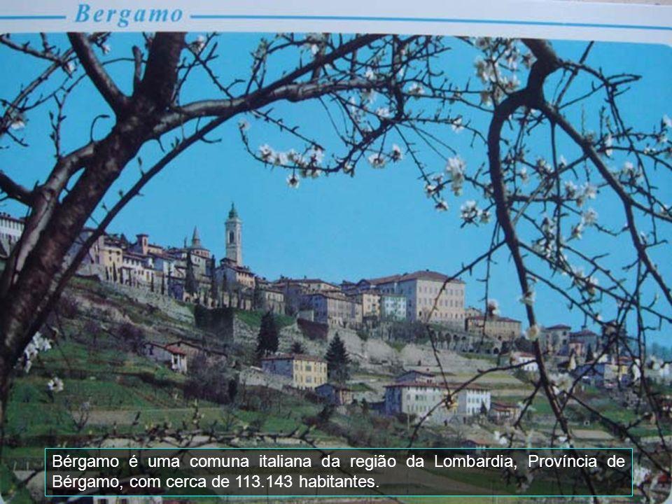 A cidade situa-se no triângulo lariano e é famosa por sua localização pitoresca na intersecção dos três braços fluviais do Lago de Como com sua forma