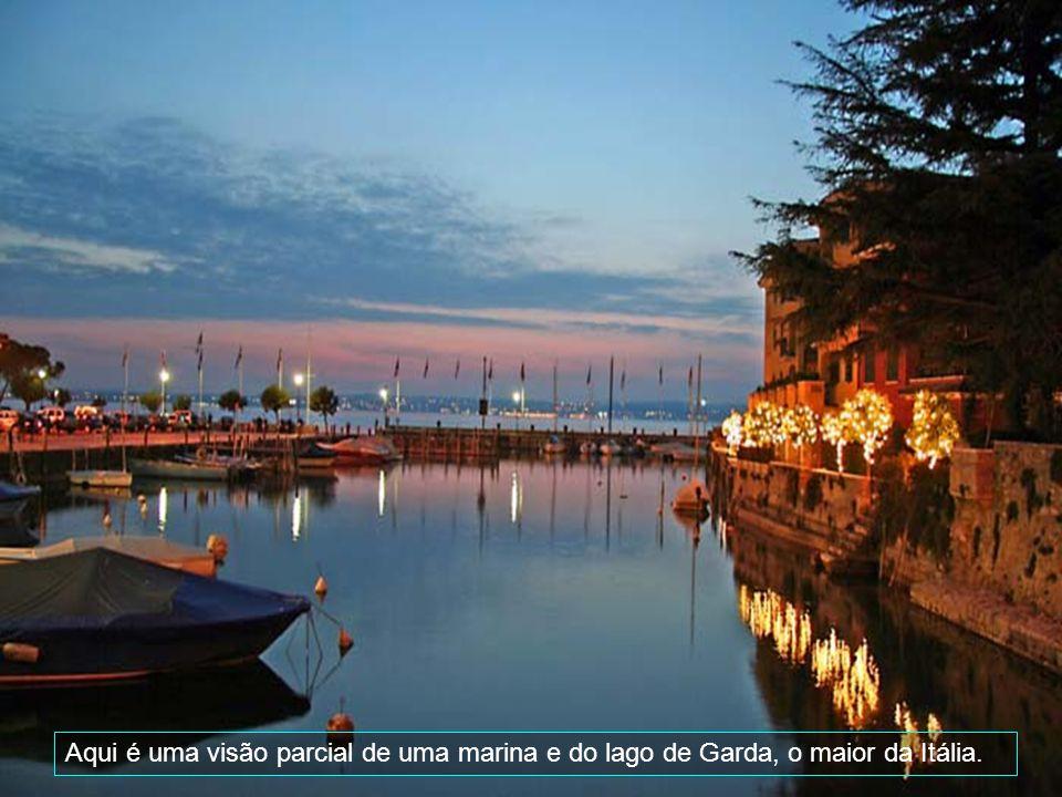 É uma cidade muito procurada por turistas, pela sua localização e beleza. Apesar de pequena, tem muitas lojas de grifes famosas e é ladeada de barzinh
