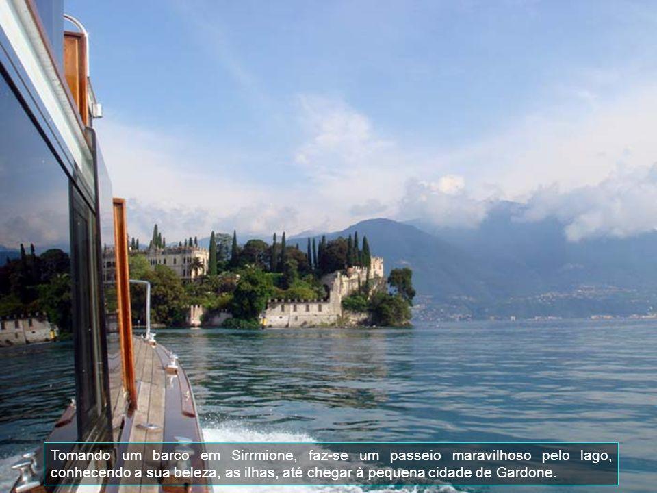 Além de sua beleza natural e ser o maior lago da Itália, é circundado por montanhas. Possui cinco ilhas, tem uma profundidade de 350 metros e uma larg