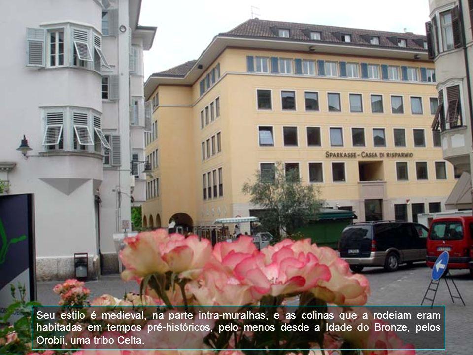 É uma cidade na Lombardia, Itália, dista 45 quilômetros ao norte de Milão e tem uma população de aproximadamente 85 mil habitantes. Antes de passar à
