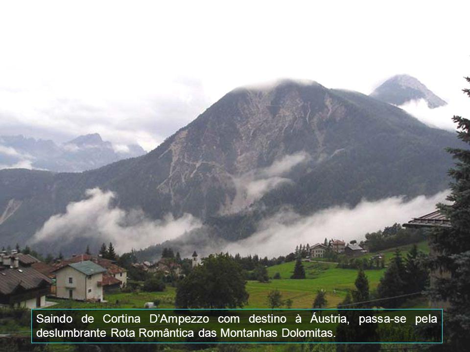 Entre as mais famosas montanhas estão: Tofane para o oeste, Pamagagnon para o norte, Cristallo para o nordeste e Sorapiss para leste, e Becco di Mezzo