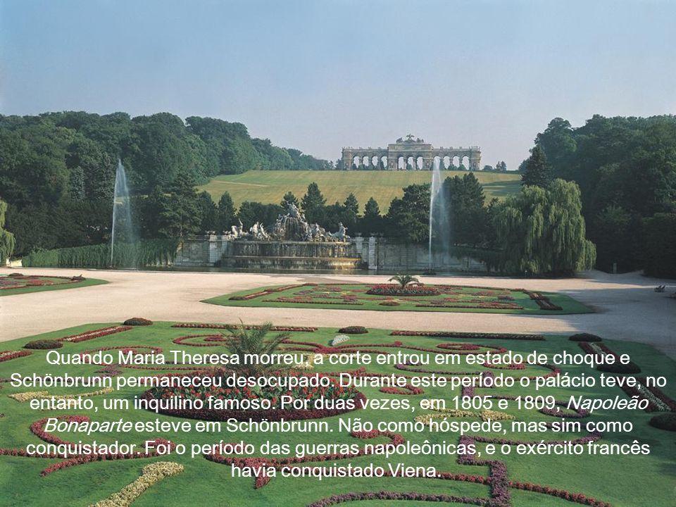 Nesta é poca, Sch ö nbrunn j á era utilizado como principal residência da fam í lia imperial e sua corte, o que correspondia a mais de 1.500 pessoas.