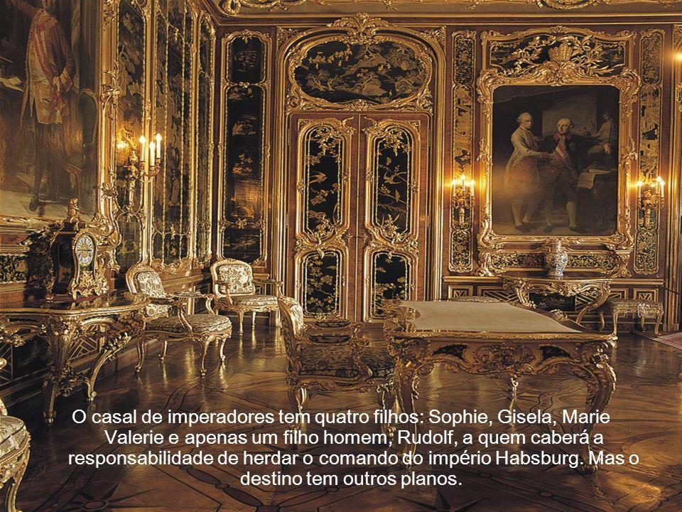 Seu interesse a aproxima dos vizinhos Húngaros, que há muito vinham sendo explorados pelos Austríacos. Em 1867 ela é coroada Rainha da Hungria, e suas