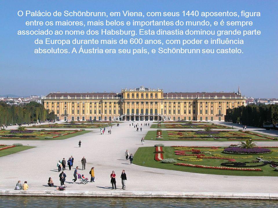 O Pal á cio de Sch ö nbrunn, em Viena, com seus 1440 aposentos, figura entre os maiores, mais belos e importantes do mundo, e é sempre associado ao nome dos Habsburg.