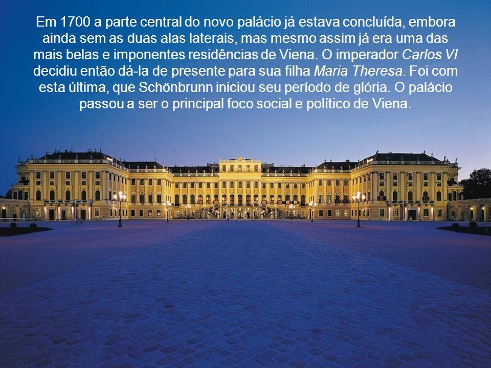 Em 1700 a parte central do novo palácio já estava concluída, embora ainda sem as duas alas laterais, mas mesmo assim já era uma das mais belas e imponentes residências de Viena.