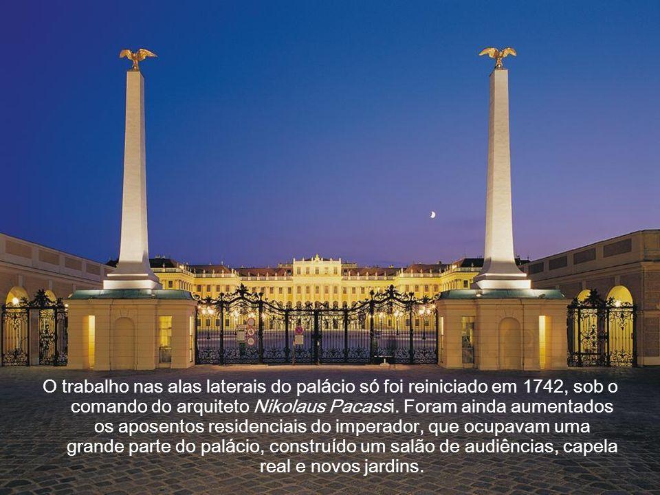 Em 1700 a parte central do novo palácio já estava concluída, embora ainda sem as duas alas laterais, mas mesmo assim já era uma das mais belas e impon