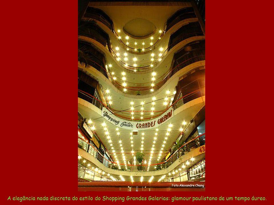 A elegância nada discreta do estilo do Shopping Grandes Galerias: glamour paulistano de um tempo áureo.