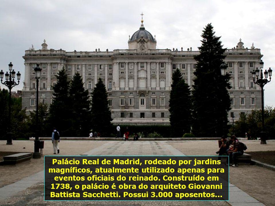 Plaza Mayor, localizada no centro da cidade, ponto mais visitado de Madrid, tem formato retangular e é rodeada de edifícios de 3 pisos, contendo 237 a