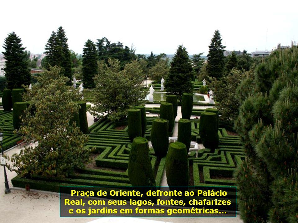 Palácio Real de Madrid, rodeado por jardins magníficos, atualmente utilizado apenas para eventos oficiais do reinado. Construído em 1738, o palácio é
