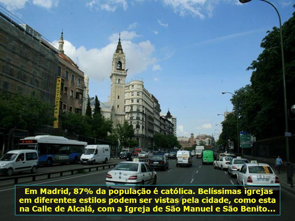 Catedral de Almudena, em Madrid, consagrada pelo papa João Paulo II, em sua quarta visita à Espanha, em 15.06.1993. Ela tem 102 m de comprimento e 73