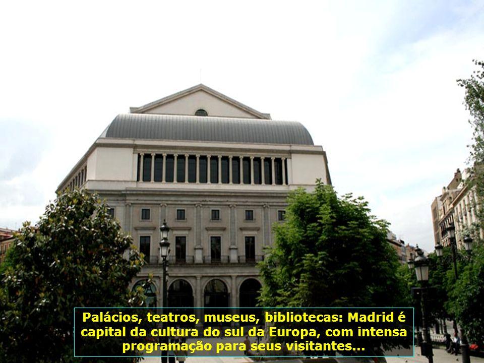 Igreja de São Francisco, o Grande, uma das mais notáveis obras arquitetônicas de Madrid, com sua fachada em estilo neoclássico; sua cúpula tem 33 m de