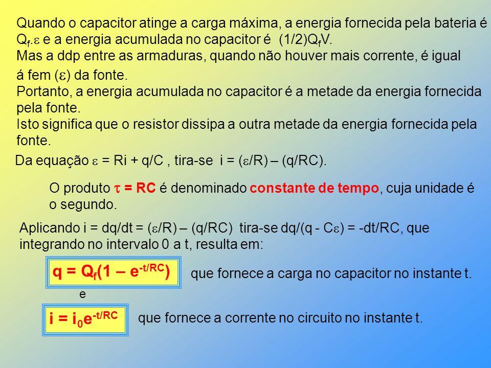 Quando o capacitor atinge a carga máxima, a energia fornecida pela bateria é Q f. e a energia acumulada no capacitor é (1/2)Q f V. Mas a ddp entre as