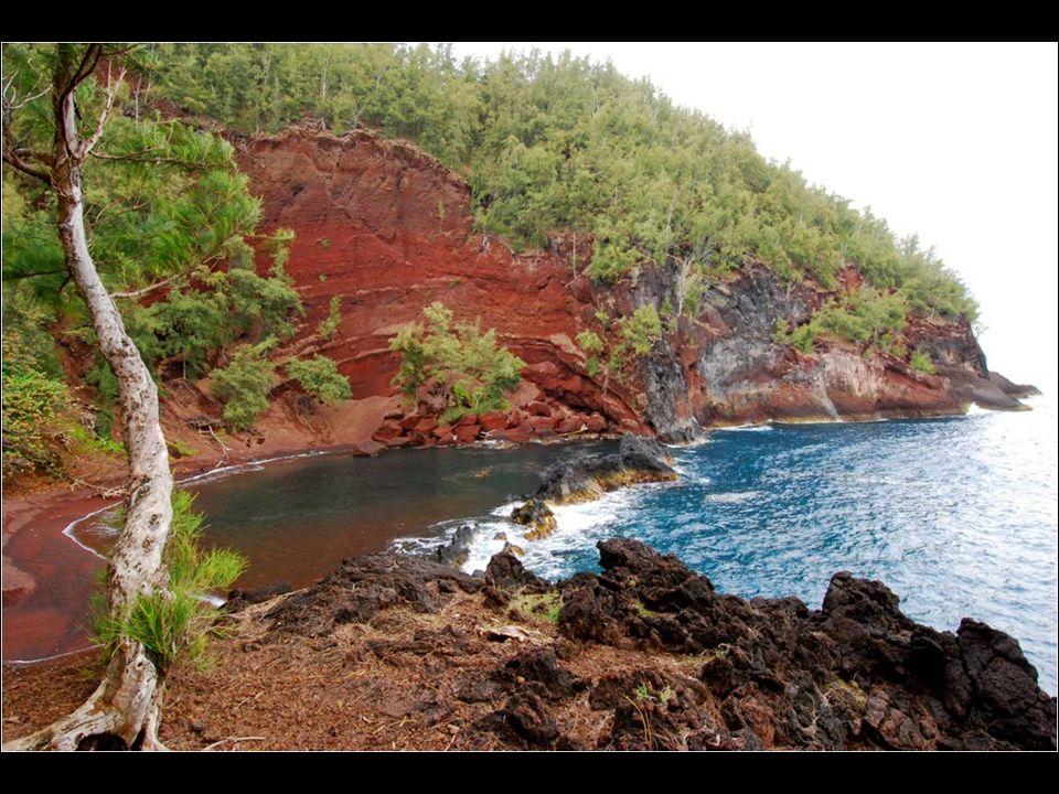 Situada na ilha de Mauim, no Hawaii, esta praia, embora não seja de fácil acesso, a caminhada vale a pena. A cor vermelha da areia se deve à erosão da