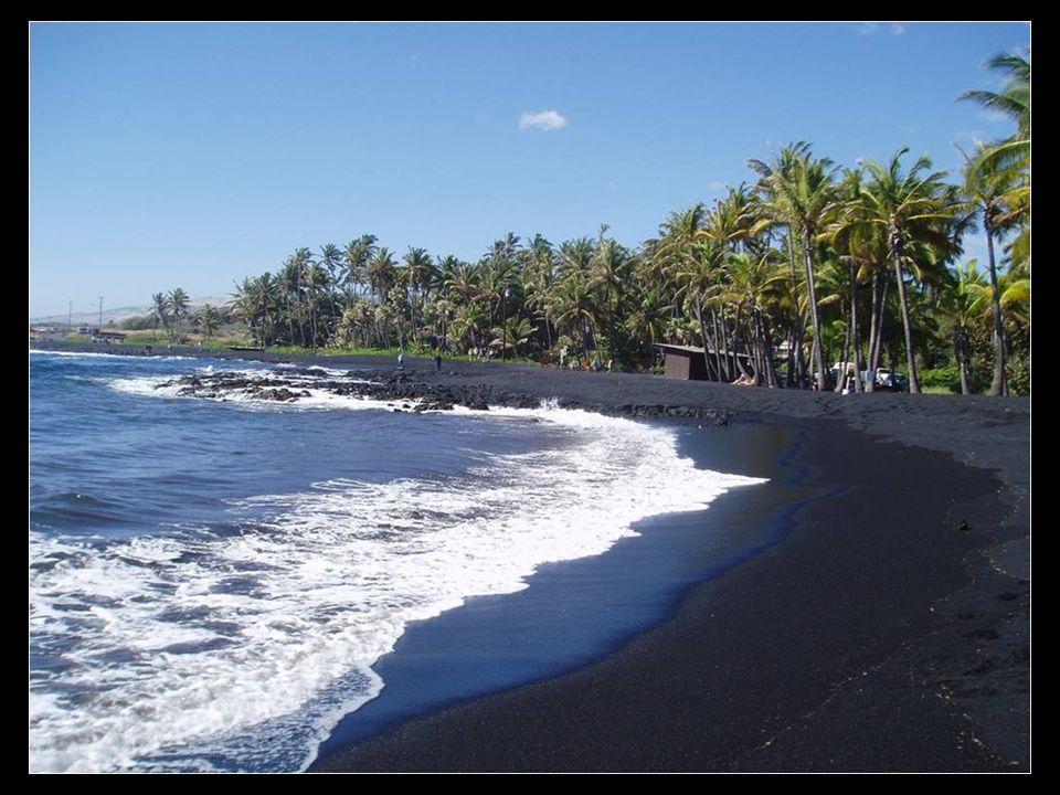 Praia de Punaluu Areias de cor negra no Hawaii