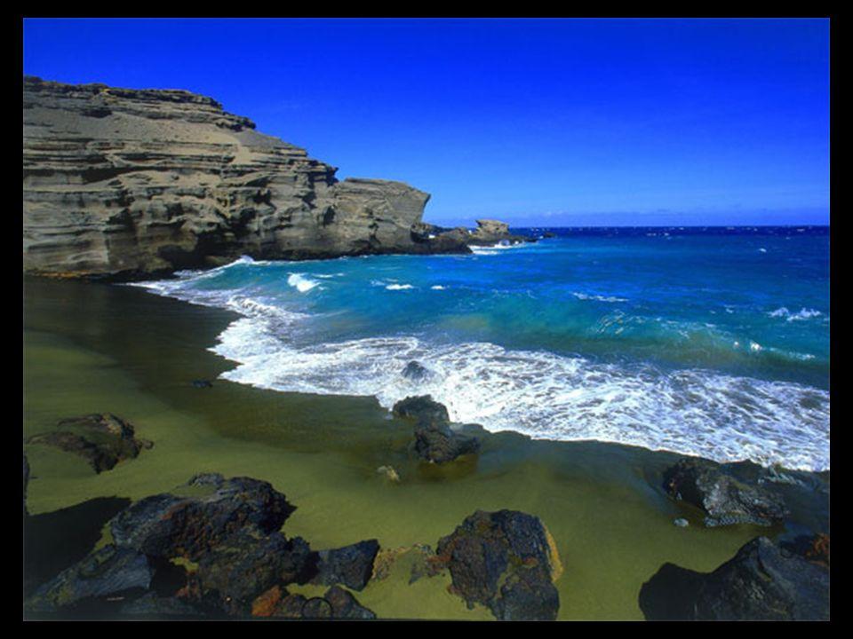 El olivino, un componente común de la lava de Hawaii, se encuentra en relativa abundancia en la playa de Papakolea, razón por la que sobre todo en la