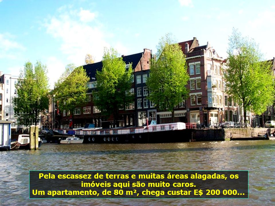 Barcos-casas, sim! Há famílias que vivem com muito conforto e requinte em casas montadas sobre seus barcos. Amsterdã tem 80 desses barcos-casas...