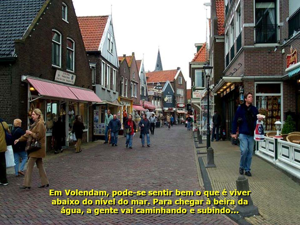 Volendam e Marken, ao norte de Amsterdã, duas cidadezinhas que são uma graça, com suas construções típicas...