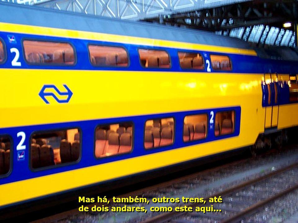 O interior do trem-bala é de um luxo invejável, com muito conforto. O trem parece que flutua sobre os trilhos. Nada de ruído ou de balanços...