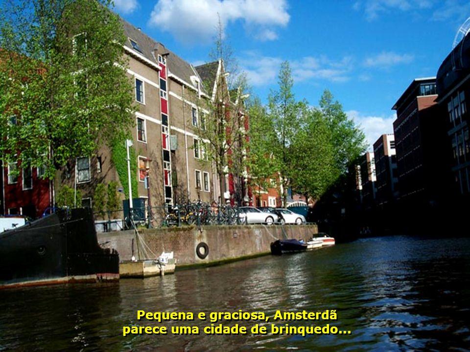Amsterdã é carinhosamente conhecida como a Veneza do Norte Europeu, por conta dos seus 120 canais que cortam toda a cidade. Um lugar romântico, bonito