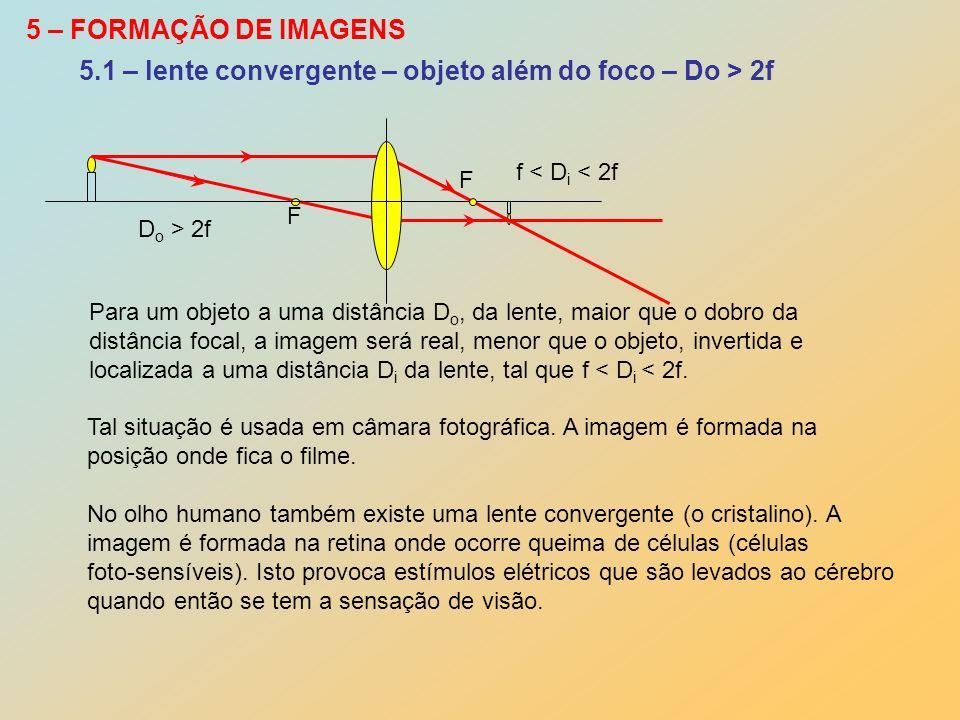 5 – FORMAÇÃO DE IMAGENS D o > 2f f < D i < 2f Para um objeto a uma distância D o, da lente, maior que o dobro da distância focal, a imagem será real,