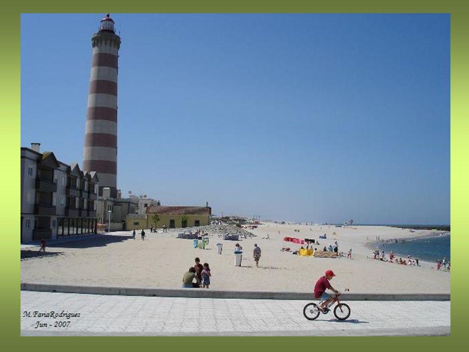 Farol de Aveiro ou Farol da Barra que se localiza na praia da Barra A principal componente do farol é a potente lâmpada, que projecta um feixe luminoso visível a 22 milhas náuticas de distância (cerca de 40 quilómetros).