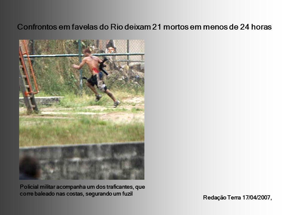 Confrontos em favelas do Rio deixam 21 mortos em menos de 24 horas Policial militar acompanha um dos traficantes, que corre baleado nas costas, segura