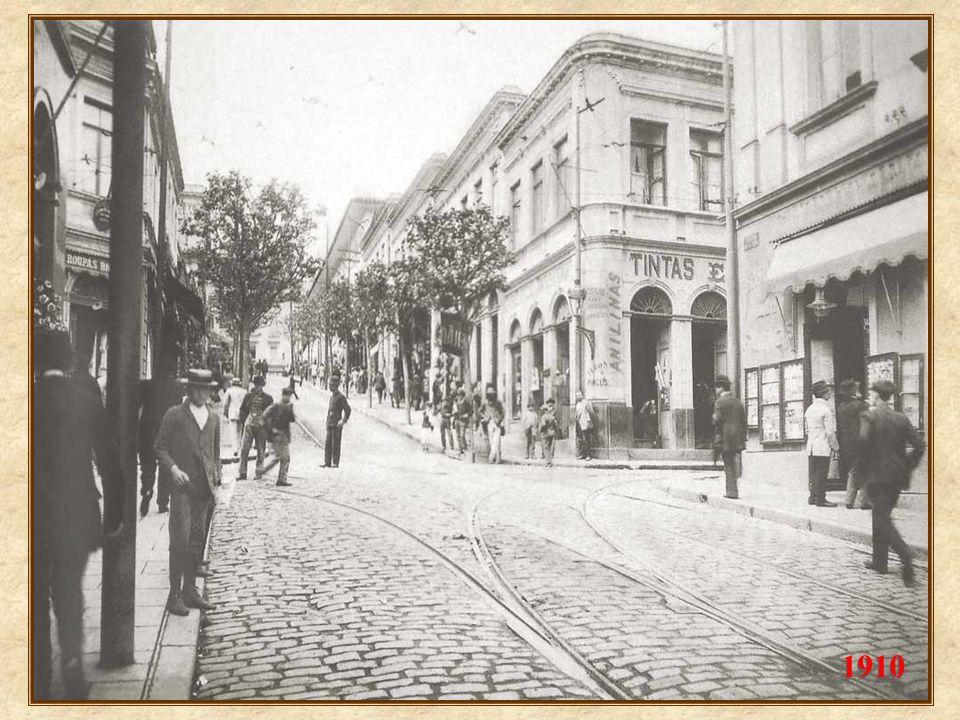 1902: a cidade se moderniza, com a implantação dos bondes movidos à eletricidade (1900), mostrados na ladeira São João 1902