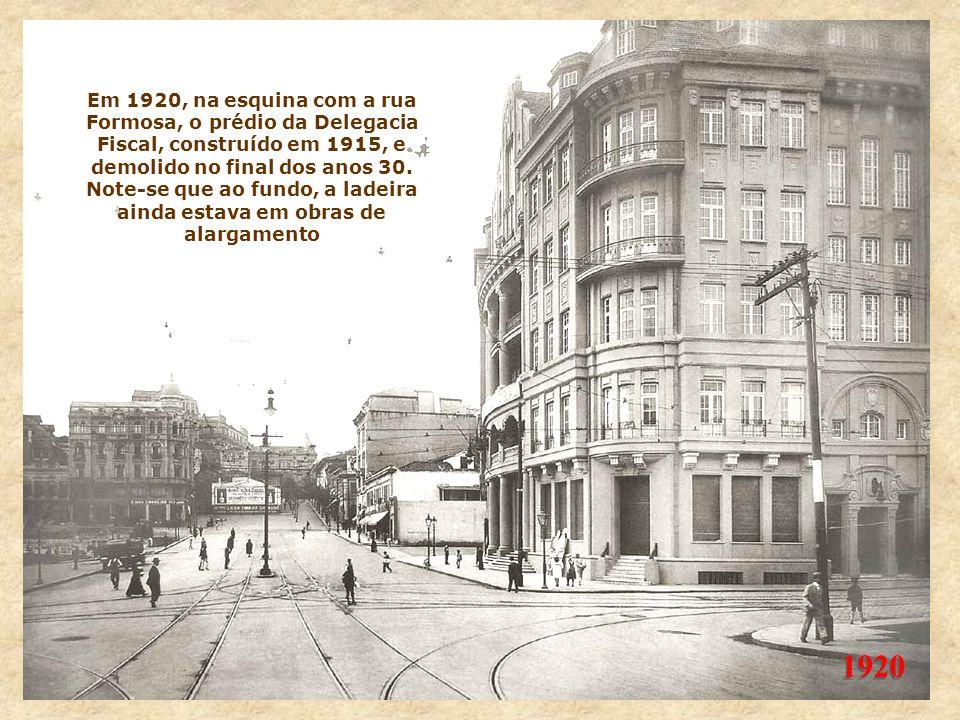 1916 Nesta foto, o trecho entre o Anhangabaú e o largo do Paissandu, mostrando à direita os tapumes da obra do edifício central dos Correios e Telégra