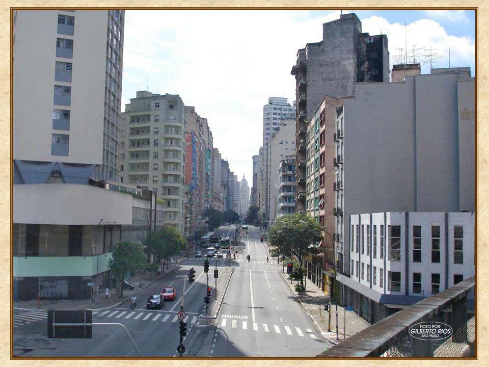 Neste ponto em que estamos, ao olharmos para trás, vamos ter exatamente a visão oposta da que tínhamos do alto do Banespa: a avenida no sentido bairro