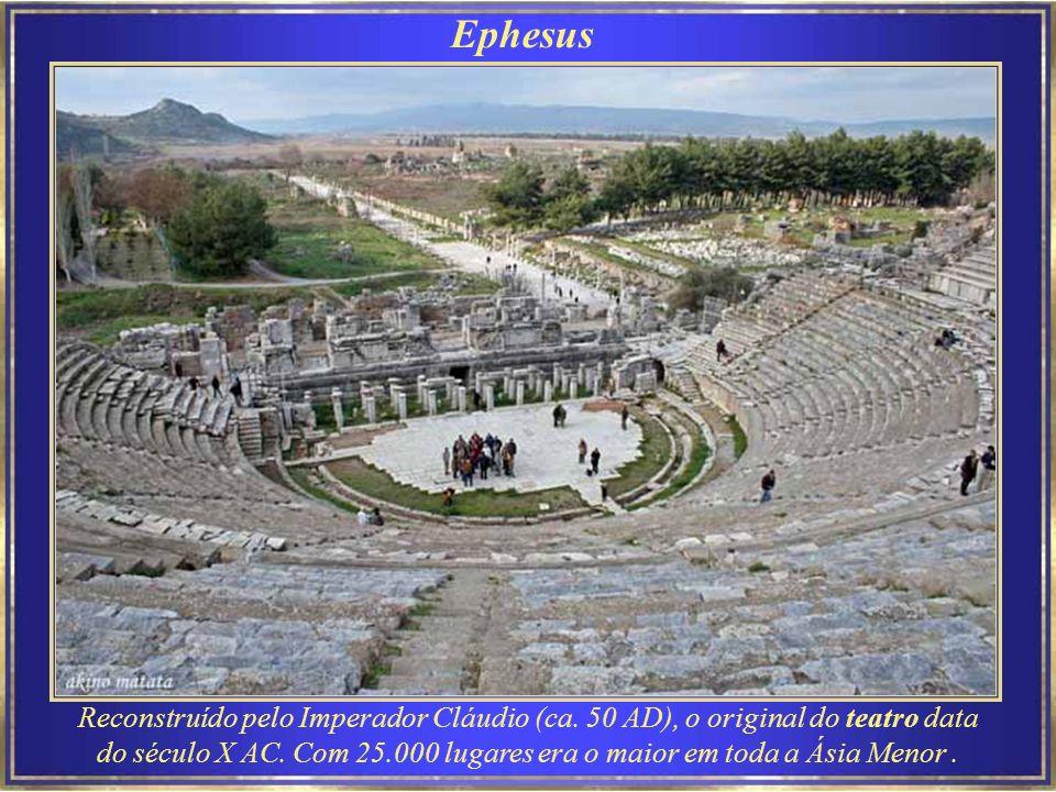 Ephesus O Ágora - centro cultural e comercial de Éfeso, construído no século III AC e com atuais ruínas de cerca de 211-217 DC, tem forma de um quadrado com lados de 110 m, e é completamente rodeado por colunas.